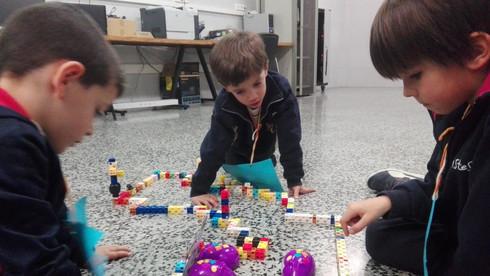 Nens d'Infantil realitzant l'extraescolar de robòtica de Learnick a Maristes la Immaculada