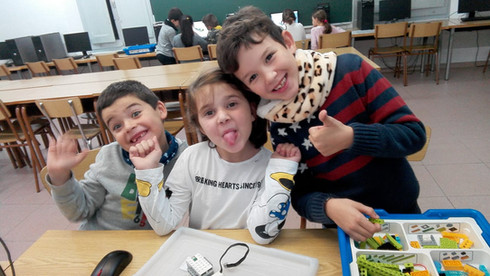 Nens amb el LEGO WeDo a l'extraescolar de robotica de Learnick a Salesians Mataró