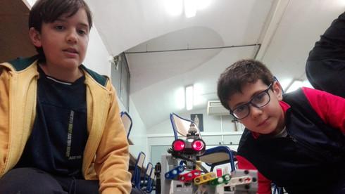 Nens amb LEGO Mindstorms a l'extraescolar de robòtica de Learnick a Maristes la Immaculada