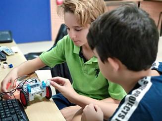 Nens fent robòtica a Secundària amb l'Studuino