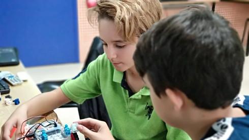 Nens utilitzant l'Studuino a l'extraescolar de robòtica de