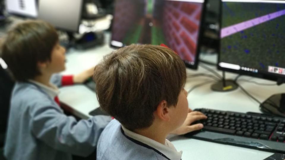 Nens programant amb Minecraft Education a l'extraescolar de robòtica i programació de Learnick a Sant Marc