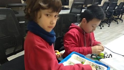Nens amb el LEGO WeDo 2.0 a l'extraescolar de robòtica i programació de Learnick a Sant Marc