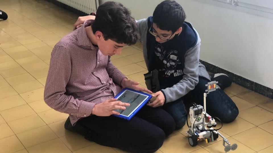 Nens amb el LEGO Mindstorms a l'extraescolar de robòtica de Learnick de l'escola Josep Tous