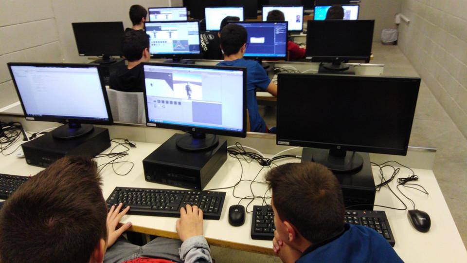 Alumnes de Badalonès ESO fent l'extraescolar de robòtica i programació i realitzant un projecte amb Studuino