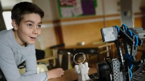 Nen treballant amb el VEX a l'extraescolar de robòtica de Learnick a FEDAC Horta