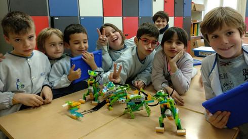Nens i nenes amb el LEGO WeDo a l'extraescolar de robòtica de Learnick a FEDAC Sant Andreu