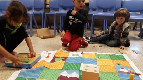 Nens realitzant l'extraescolar de robòtica d'Escola Pia Calella Infantil