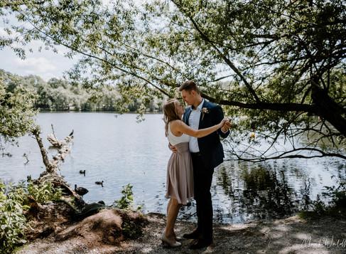 Julia & Kilian: standesamtliche Hochzeit in Heiligenhaus, Brautpaar-Shooting am Abtskücher Teich