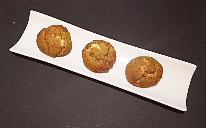 Cookies au thé matcha, chocolat blanc et écorces de yuzu sucrées.