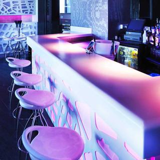 Barras de bar retroiluminadas en terrazas de verano