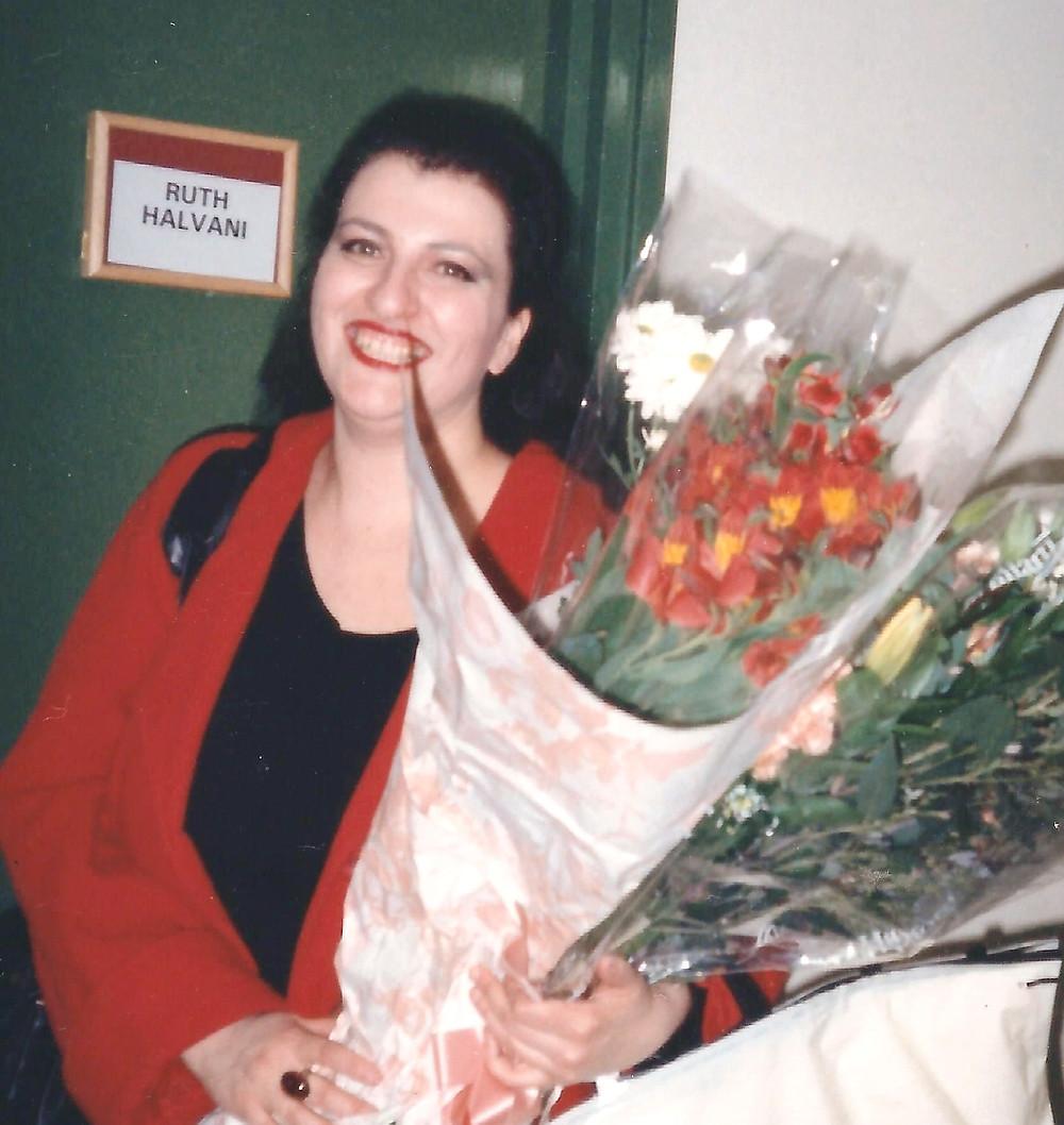 רותי מחוץ לחדר סולנים בברביקן סנטר בלונדון