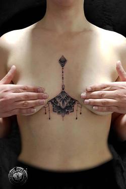 #sternum #sternumtattoo #underboob #mandala #mandalatattoo #flowers #tatouagerennes #tatoueur #photo