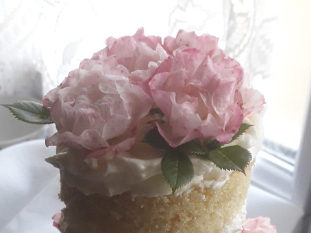 How to put fresh flowers on a butter cream or fondant cake