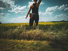 springende Frau in der Natur