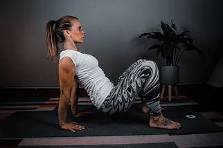 Fitnesstrainerin in Rückstützposition