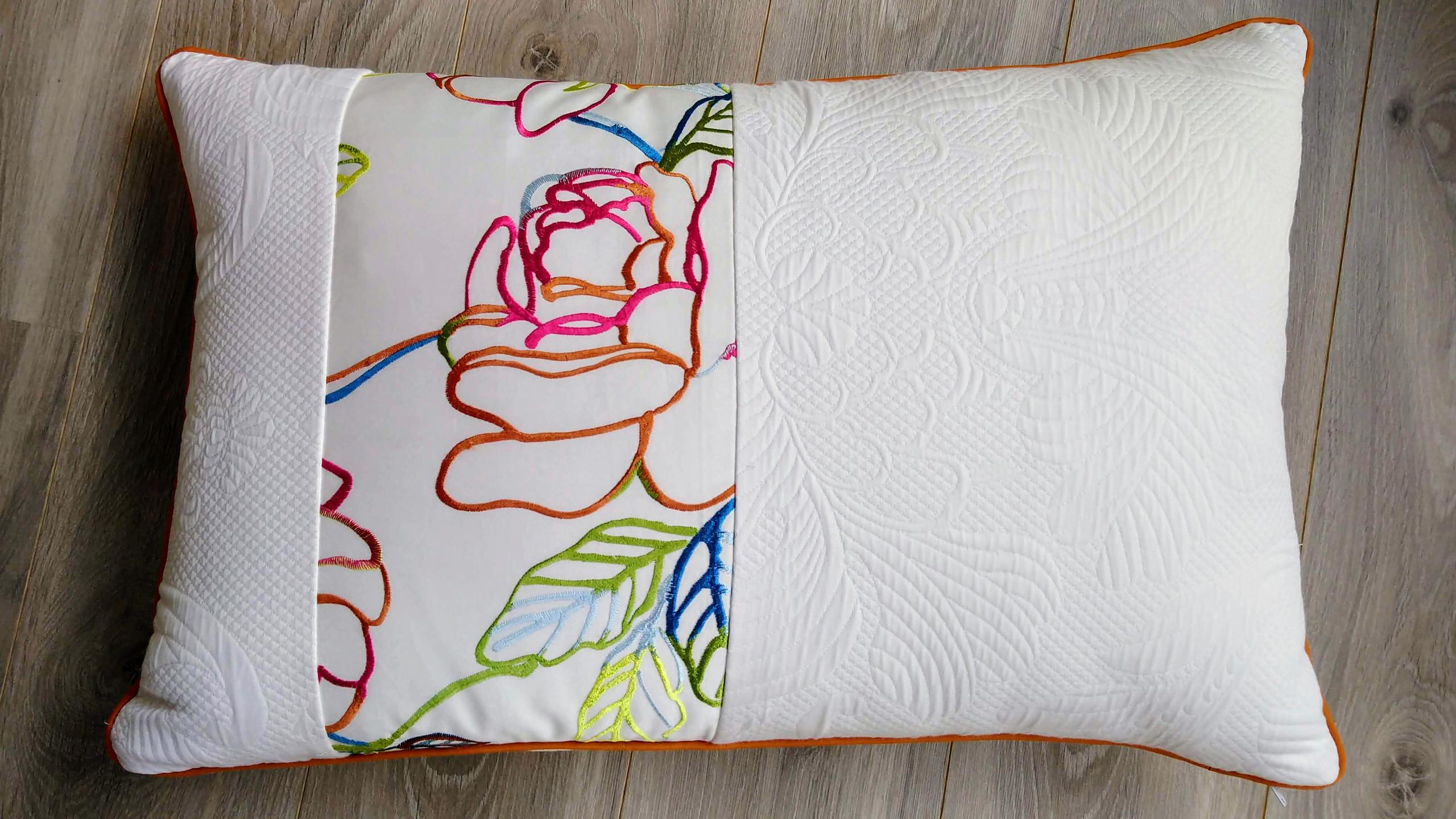 Coussin en tissu satiné brodée motif floral et piqué de coton blanc - passepoilé caramel - dimensions 45 x 45