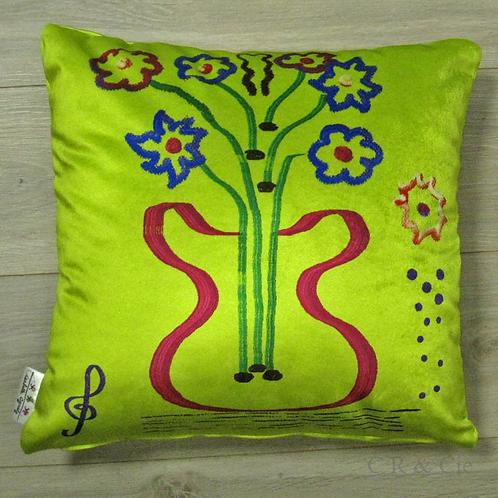 Coussin de décoration FLOWER GUITAR en velours vert anis