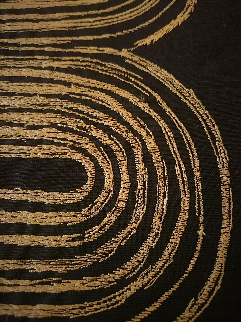 NOBILIS - Kanji - tissu pour rideaux en lin et coton brodé or - détail broderie