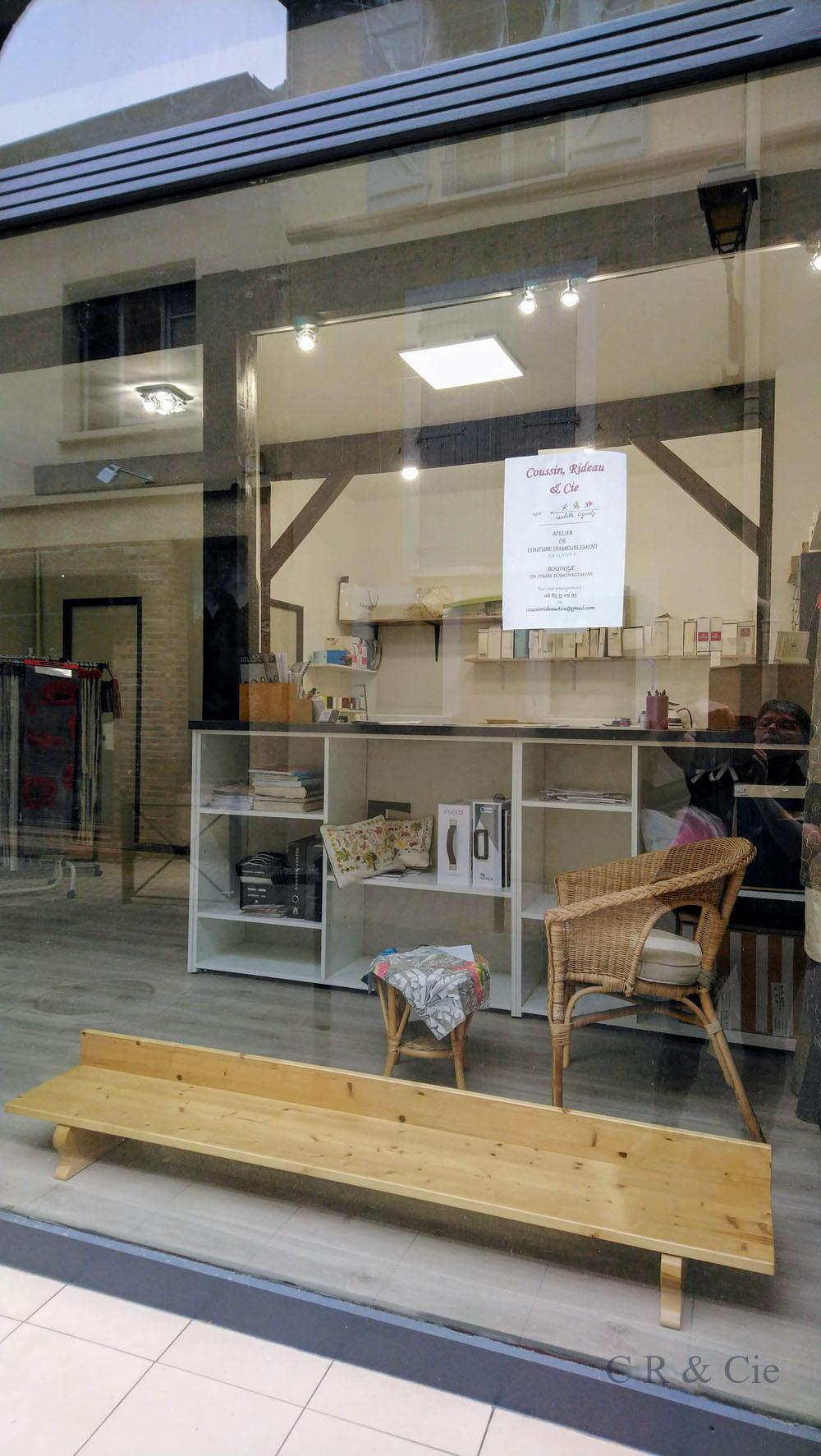 présentoir en bois de la vitrine de Coussin, Rideau & Cie