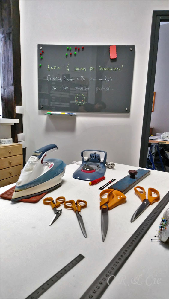 Coussin Rideau & Cie range ses ciseaux pour les vacances