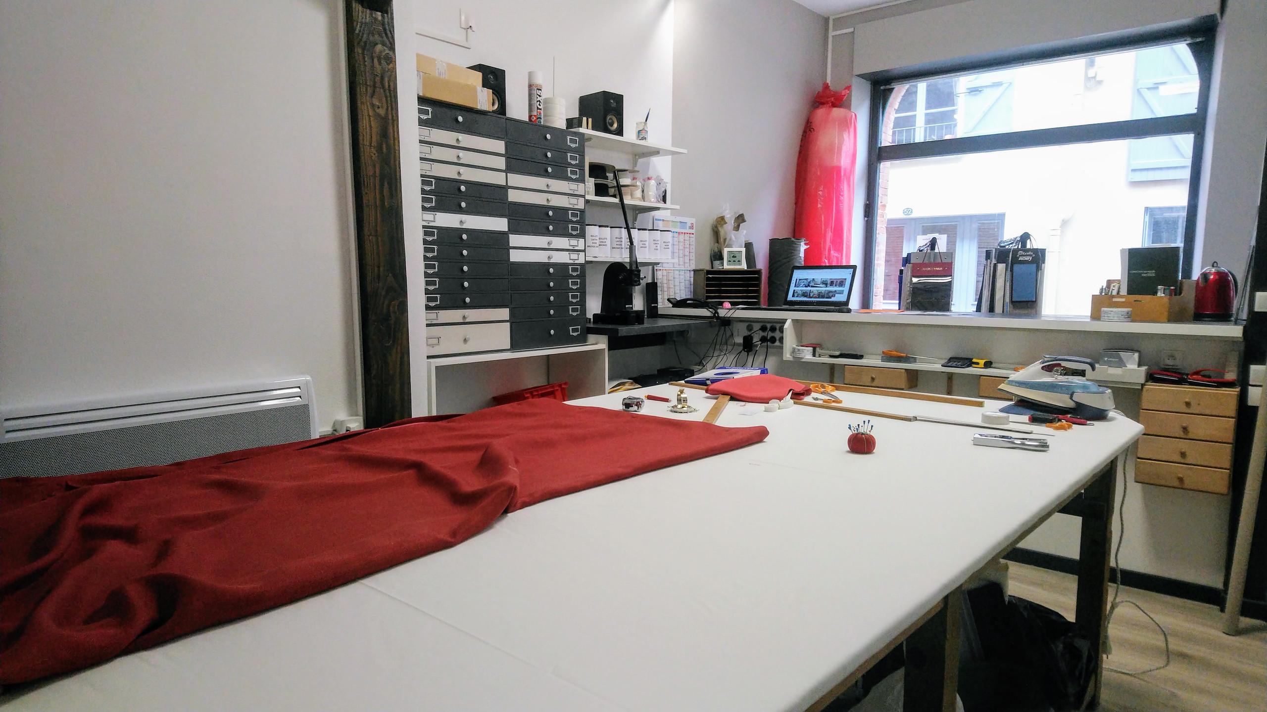 L'atelier de COUSSIN RIDEAU & Cie - table de coupe et meuble à tiroirs