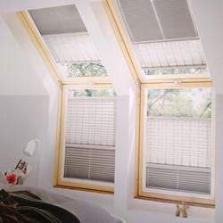 Stores plissés duo pour fenêtres en plafond rampant