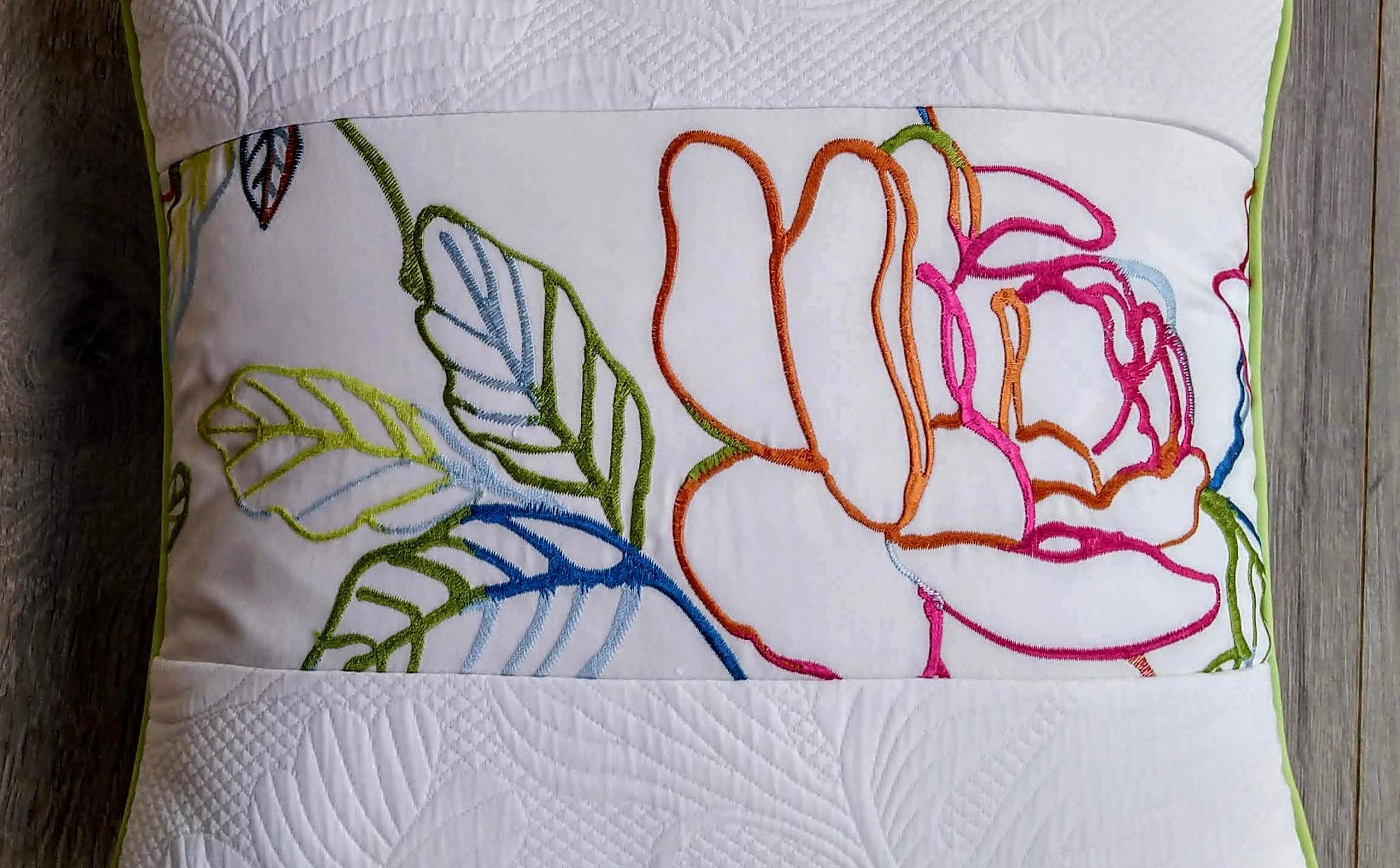 Coussin en tissu satiné brodée motif floral et piqué de coton blanc - passepoilé vert pomme - dimensions 45 x 45