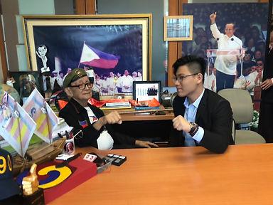 與菲律賓前總統羅姆斯合照.JPEG