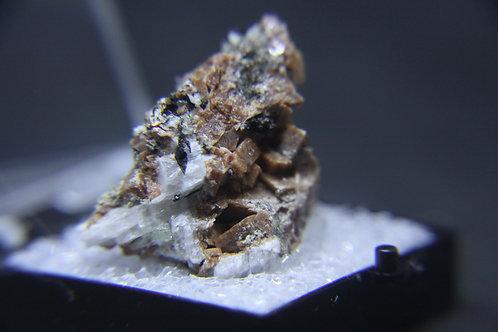 Rhodochrosite, Aégyrine et ?, Mont-St-Hilaire (MSH)