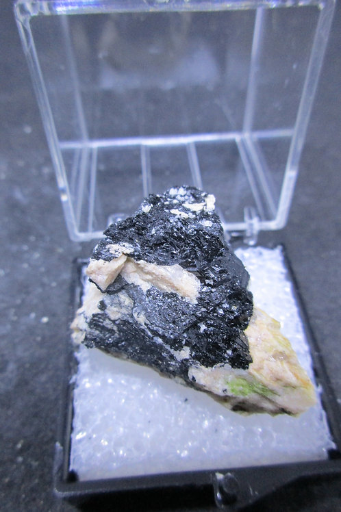 Tourmaline noire (schorl), Bumpus quarry, Maine, U.S.A.
