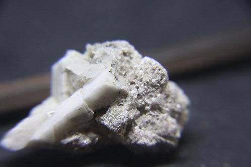 Polylithionite sur Microcline, Mont-St-Hilaire (MSH)