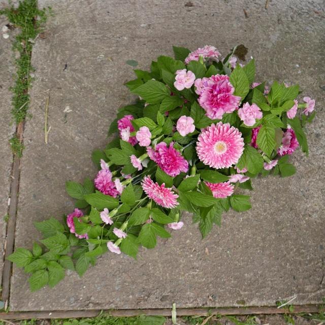 Floristgaraget begravningsbukett rosa