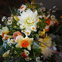 Vårbukett med dahlia och påskliljor