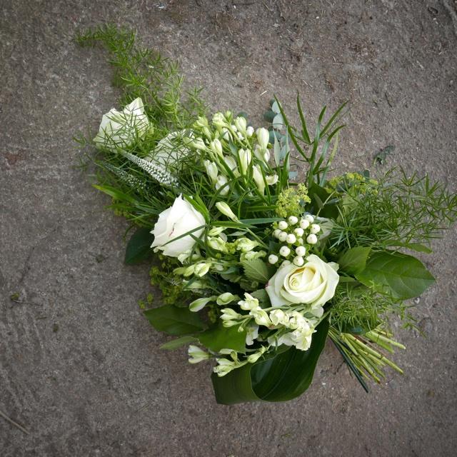 Floristgaraget vit handbunden begravning