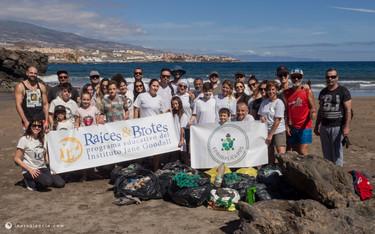 """Los grupos """"Raíces & Brotes"""" participan en una limpieza en la playa de El Porís"""