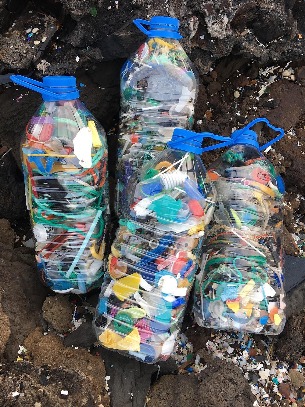Garrafas llenas de basura encontrada en la playa. Foto: María Celmas
