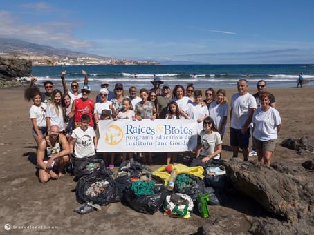 """Varios grupos """"Raíces & Brotes"""" se unen para limpiar la playa de El Porís, en Tenerife"""