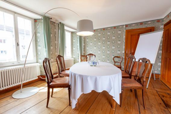 Ernstzimmer_runde-Tisch.jpg