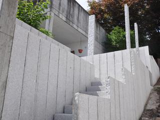 Treppenaufgang mit Stehlen Hombrechtikon