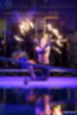 Spettacolo acrobatico a tema Natura per rappresentare gli elementi primordiali : Acqua , aria ,terra e Fuoco che si congiungono attraverso un susseguirsi di performance di acrobazie aeree e a terra tra cui Contorsionismo,Rete Aere,Luna Aerea, Pole Dance