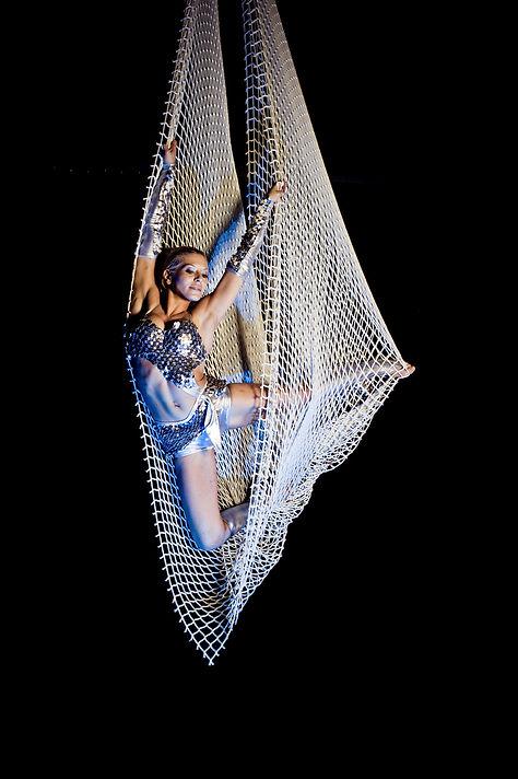 acrobata trapezista su rete aerea acrobatica