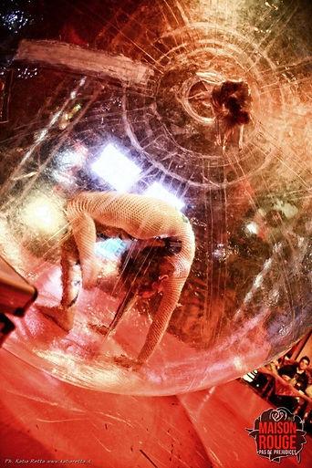 danza nella sfera dance ball contorsionista