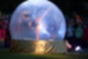 All'interno della dance ball o sfera dance, danzatrici, acrobate, contorsioniste, incanteranno il pubblico con l'armonia delle loro evoluzioni, immerse in un'atmosfera magica