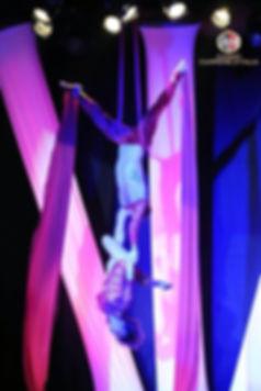 passo a due aereo su tessuti,teli,nastri,stoffe,drappi,tende,circo,acrobati aerei,spettacoli acrobatici,in aria,sospesi,trapezisti,acrobatica,discipline aeree,sete,danza,aerea,acrobatico,silk,aerial,double,duo