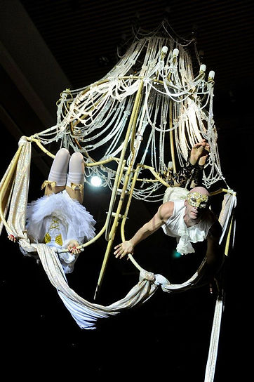 acrobati sul lampadario aereo,trapezisti,circo,acrobati aerei stardust,acrobatica,sospesa,in aria
