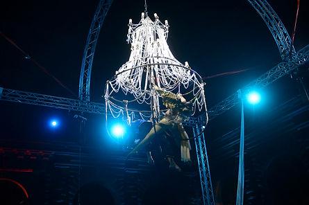 candelabro lampadario aereo acrobati aerei spettacolo sospeso circo discoteca eventi intrattenimento spettacolo