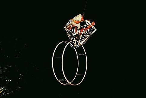 La purezza racchiusa in una performance aerea di una gemma tanto perfetta quanto preziosa , un DIAMANTE sospeso in aria.  Affascinante e meravigliosa performance aerea delle acrobate Stardust con un attrezzo particolarmente prezioso quale diamante aereo
