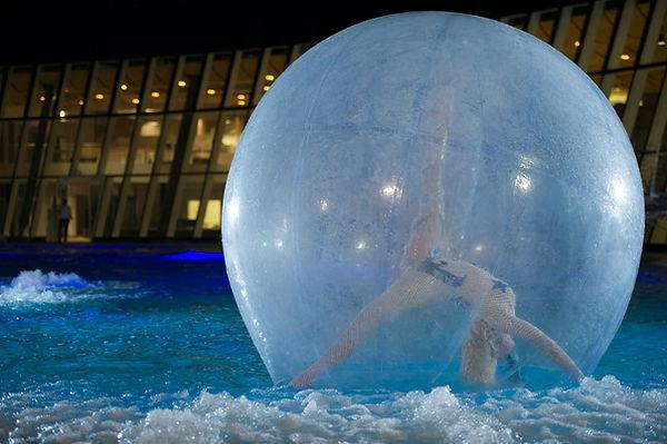 DANZATRICE ACROBATA sull'ACQUA in SFERA di CRISTALLO – WATER BALL Danzatrice Acrobata, all'interno di una Bolla Gigante sospesa sull'Acqua della Piscina della location dell'evento, esegue una suggestiva ed incantevole performance di Benvenuto