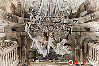 Lampadario lussuoso e luccicante nel quale viene eseguita una performance acrobatica unica e indimenticabile ... Rappresenta il cuore dell'antichità tra sfarzo e regalità.  Chandelier è un numero di acrobazia aerea unico nel suo genere.